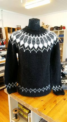 Beat the chilly weather and look fashionable with a black cardigan. Fair Isle Knitting Patterns, Sweater Knitting Patterns, Knitting Designs, Nordic Pullover, Nordic Sweater, Icelandic Sweaters, Cable Knit Sweaters, Men's Sweaters, Fair Isle Pullover