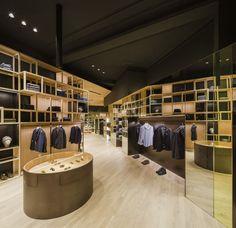 Francesc Rifé Retail. Tienda de moda Nino Fernández en Barcelona. Estructuras de madera, cristal y espejo en el antiguo Colmado Quílez. #fashion #retail #moda #interiordesign #interiorismo #glass #furniture #light #wood . Foto: Fernando Alda