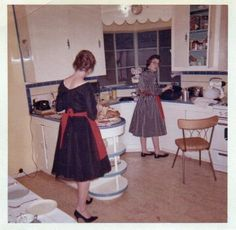 1950s Love those open shelves at the corner of the lower counter