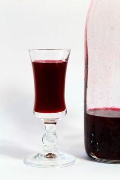 Het lekkerste (en makkelijkste) recept om zelf bramenlikeur te maken! Wine Cocktails, Non Alcoholic Drinks, Cocktail Drinks, Fun Drinks, Glace Fruit, Frozen Drink Recipes, Happy Drink, Homemade Liquor, How To Make Drinks