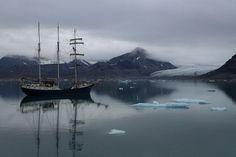 Spitzbergen – mit dem Dreimaster «Antigua» rund um Svalbard: Svalbard ist der offizielle Name dieser Inselgruppe, die zu Norwegen zählt. Das Dorf Longyearbyen gilt als Hauptstadt der nur 2'500 Einwohner Svalbards. Da die Siedlungen nur ganz vereinzelt vorkommen, gibt es kaum Strassen auf Spitzbergen. Die einzige Art, die Inseln kennen zu lernen, ist, sie mit einem Schiff zu umrunden, welches aber nur im Hochsommer möglich ist.