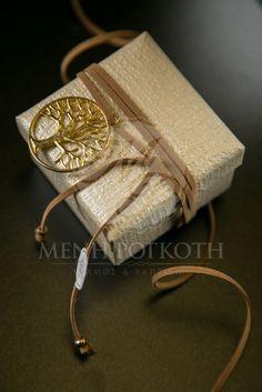 Μένη Ρογκότη - Μπομπονιέρα γάμου κουτάκι εκρού μεταλλιζέ σαγρέ με κορδόνι καφέ και μεταλλικό διακοσμητικό δέντρο ζωής Gift Wrapping, Gifts, Paper Wrapping, Presents, Wrapping Gifts, Gifs, Gift Packaging, Favors, Wrap Gifts