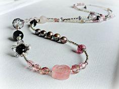 Precioso y delicado collar largo hecho con pequeñas cuentas de cristal checo en tonos rosas lilas y plateados que son el hilo conductor para un paseo por