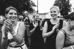 Plastic flowers, glitter and whisky sour - DIY wedding • Amanda & André - Paul liebt Paula | wedding photographer