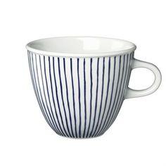 Mit ihren handgemalten, aquarellblauen Linien besticht diese Tasse von Rörstrand mit persönlicher Ausstrahlung. Diese besondere Tasse passt sowohl für den Alltag, als auch für feierliche Anlässe.