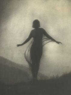 ☾ Midnight Dreams ☽ dreamy & dramatic black and white photography - Anne Brigman, 1910 Fotografia Fine Art, Photo D Art, Photomontage, Vintage Photographs, Fine Art Photography, Female Photography, Silhouette Photography, Dream Photography, Street Photography