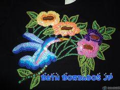 Camiseta bordada com linhas e paetes .