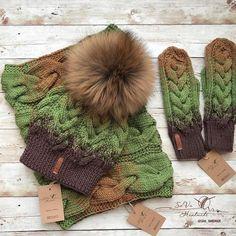 No photo description available. Crochet Beanie Pattern, Loom Knitting Patterns, Knitting Designs, Knitting Projects, Baby Hats Knitting, Knitting For Kids, Knitted Hats, Cable Knit Hat, Crochet Art