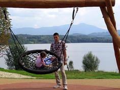 Houpačky, průlezky, žebříky, lanové sítě, hrazdy. Hřiště v areálu přehrady Olešná, které vyšlo na 11,3 milionu korun, nabízí řadu atrakcí nejen pro děti.