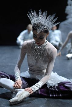 Snow queen preparation. ✯ Ballet beautie, sur les pointes ! ✯ Costumes & headpieces are stunning.