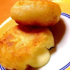 楽天が運営する楽天レシピ。ユーザーさんが投稿した「カリットロッモチッ♡簡単じゃがいもチーズ餅」のレシピページです。こんがり焼けたじゃがいもの中からとろとろチーズが溢れ出すお餅です♡家族や友達にも大好評!ホームパーティ、おつまみ、おかず、おやつ、なんでもOK〜。じゃがいもチーズ餅。じゃがいも,片栗粉,とろけるチーズ,マーガリン,塩,牛乳
