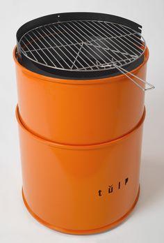 Het ontwerp van de Vuurkorf Barrel is geinspireerd op een olievat en is ontsproten aan het creatieve brein van ontwerper en designer Bart Vos. De Barrel is te gebruiken als Vuurkorf of BBQ. Verkrijgbaar in de kleuren oranje of zwart (lak) is de Barrel Barbecue in drie hoogtes verstelbaar voor het beste resultaat. Onze prijs € 845,00