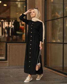 Image may contain: one or more people and people standing Stylish Hijab, Modest Fashion Hijab, Modern Hijab Fashion, Street Hijab Fashion, Hijab Fashion Inspiration, Hijab Chic, Abaya Fashion, Muslim Fashion, Mode Inspiration