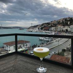 Mükemmel bir manzara eşliğinde lezzetli kokteyllere kim hayır diyebilir ki? Istanbul, Cocktails, Craft Cocktails, Cocktail, Slurpee, Smoothies