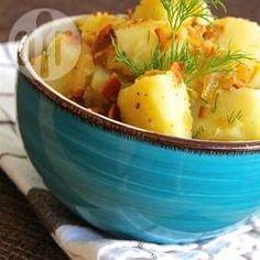 Esta ensalada es muy similar a la ensalada de papa alemana, sin mayonesa y con un sabor ligeramente ácido. Sirve a temperatura ambiente.