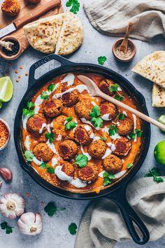 Knusprig gebackene Linsenbällchen in einer cremigen indischen Curry Masala Sauce mit Kartoffelpüree - Dieses Vegane Meatballs Rezept ist einfach, gesund, pflanzlich, proteinreich und gelingt auch glutenfrei!