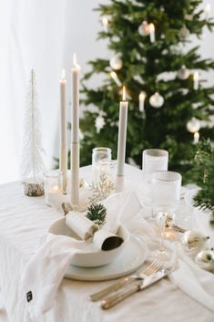 Tischdekoration einer weißen Weihnacht Natural Christmas, Christmas Mood, Table Settings, Candles, Wedding, Winter, Flower Jewelry, Diy Xmas Gifts, Valentines Day Weddings