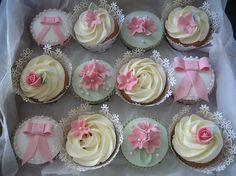 Ik dacht aan cupcakes zoals die met de cremekleurige toef met het roze bloemetje met vijf blaadjes (middelste rij, derde van rechts)