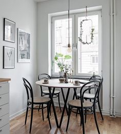 I like this dining room corner in this Swedish apartment. The black and wood go so nicely together and I love this round setup in this small area. The black bentwood chairs match this round table perfectly and make this … Continue reading → Dining Room Corner, Dining Room Table, Small Dining Table Apartment, Small Dining Area, Bentwood Chairs, Dining Table Design, Dining Room Inspiration, Interior Design Living Room, Interior Livingroom