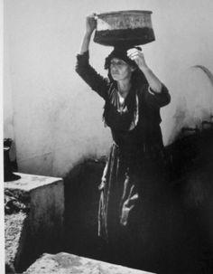 Φωτ. Κώστας Μπαλάφας Greece Photography, Great Photographers, The Past, Greek Costumes, Greeks, Image, Islands, Website