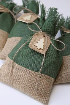 Quilted Christmas Gifts, Christmas Treat Bags, Burlap Christmas Tree, Fabric Christmas Trees, Christmas Tree With Gifts, Shabby Chic Christmas, Christmas Gift Wrapping, Rustic Christmas, Christmas Wreaths