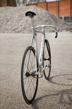 This fixie is so magic, that it stands up on it's own. Fixi Bike, Fixed Gear Bicycle, Bike Art, Bicycle Race, Bmx, Garage Bike, Push Bikes, Urban Bike, Speed Bike