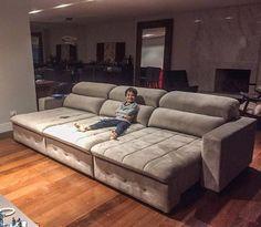 A imagem pode conter: 1 pessoa, sala de estar, mesa e área interna Cute Furniture, Home Decor Furniture, Home Furnishings, Media Room Design, Interior Design Living Room, Living Room Designs, Deep Couch, The Big Comfy Couch, Home Cinema Room