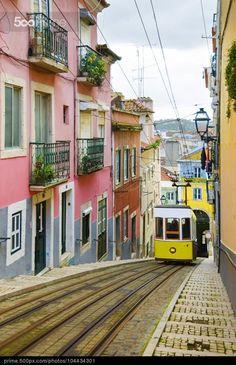 Lisbon tram - Photographer elenaburn