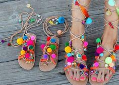 De inspiração grega, muito coloridas, em couro e cheias de pompons e pendurezas, estas são as sandálias do momento.