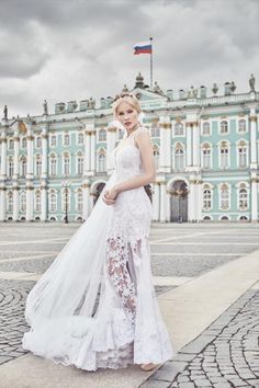 Uma verdadeira delicadeza! Esse vestido é dois em um. É sereia em renda e tule, mas tem saia princesa removível.