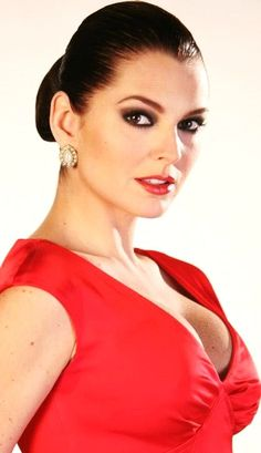 marjorie de sousa> for those of you looking for the best looking woman w/o all the other stuff.. this is she! (FG)