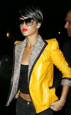 Sometimes you just need that pop of color to complete your ensemble and Rhianna pulls it off perfectly with her Marc Jacobs jacket! Street Chic, Street Style, Rihanna Style, Rihanna Riri, Orange Lips, Stylish Sunglasses, Rihanna Sunglasses, Mellow Yellow, Yellow Coat