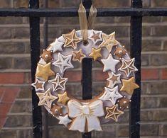My Gingerbread Christmas Wreath - Ma Couronne de Noël en pain dépices Christmas Biscuits, Christmas Baking, Christmas Cookies, Christmas Wreaths, Christmas Crafts, Christmas Cake Decorations, Xmas Food, Cookie Decorating, Gingerbread