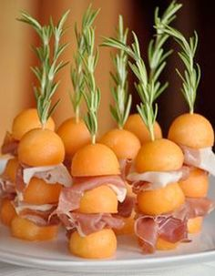 Wedding Food Ideas: Melon Ham Rosemary Skewers – www.diyweddingsma… Wedding Food Ideas: Melon Ham Rosemary Skewers – www. Snacks Für Party, Appetizers For Party, Appetizer Recipes, Bridal Shower Appetizers, Fingers Food, Tasty, Yummy Food, Cooking Recipes, Healthy Recipes