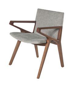 Com design elegante a cadeira CLARA tem estrutura em madeira maciça e assento e encosto estofados. Designer Jader Almeida