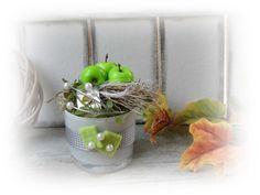 **Wir bieten Ihnen eine tolle Wohndeko zum Kauf an.**  _- Dekoriert ist es in einem weißem Glas mit Perlen, Sisal, Euphorbia-Spinosa, Draht, Dschungselgras, künstl.Grün, Äpfel,...