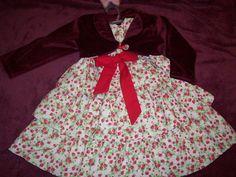 Vestido floral em algodão, com 3 camadas de babados duplos, laço frontal, bolero em plush vinho. O vestido pode ser usado tanto no verão quanto no inverno.