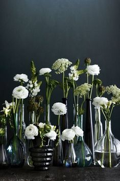 #white #flowers #wit #bloemen #vaasjes #black #glass #zwart www.leemconcepts.nl
