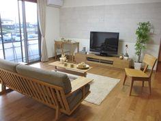 ブラックチェリー材の床にナラ無垢材の家具でナチュラルコーディネートした実例です