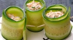 rolinhos-de-pepino-com-iogurte2 pepinos 1 copinho de iogurte grego 1 colher de sopa de curry em pó 1 colher de sopa de suco de limão 1 colher de sopa de ervas frescas (coentro e cebolinha ou hortelã e cebolinha) sal e pimenta a gosto fatias de peito de peru ou kani-kama ou atum
