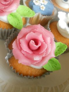 Lemon cupcakes with lemon and lime buttercreme topped with your very best marzipan rose. Your mum will mmmmmmm love it! www.taart-deco.nl