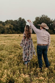 Aug 2019 - J. Smith Photography - Western Oklahoma Couples Engagement Photo Session in Sunflower Field. Western Family Photos, Western Engagement Photos, Country Couple Pictures, Cute Country Couples, Western Photo, Engagement Photo Poses, Engagement Photography, Engagement Shoots, Winter Engagement