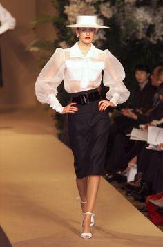 Yves Saint Laurent at Couture Spring 2001 - Runway Photos Fashion Line, 80s Fashion, Fashion Week, Look Fashion, Runway Fashion, High Fashion, Fashion Show, Vintage Fashion, Fashion Outfits