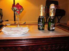 Marriott Grand Cayman Beach Resort: Strawberries and champagne