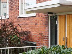 60-luvun talossa – Kotilo Garage Doors, Outdoor Structures, Outdoor Decor, Home Decor, Decoration Home, Room Decor, Home Interior Design, Carriage Doors, Home Decoration