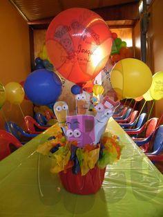 Crea centros de mesa con figuras de herramientas, globos y papelillo de colores. #FiestasInfantiles #DecoracionFiestas