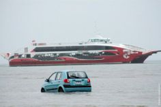 سيارة تسير في الماء