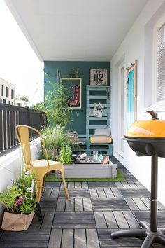 Jardin urbain contemporain : ustensile jardinage, mini potager,… A balcony or small terrace in town well equipped Decor, House Design, House, Home, Small Apartments, Balcony Planters, Home Deco, Interior Design Bedroom, Small Apartment Patio