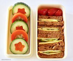 Dutch bento's kosten zoveel tijd. Het is een veelgehoorde, maar onterechte klacht. Webshop Roppongi geeft je 3 voorbeelden van een snelle broodtrommel. Bekijk hier hoe je ze maakt. Lunch Box Recipes, Baby Food Recipes, Snack Recipes, Cute Lunch Boxes, Bento Box Lunch, Toddler Meals, Kids Meals, Louis Lunch, Happy Fruit