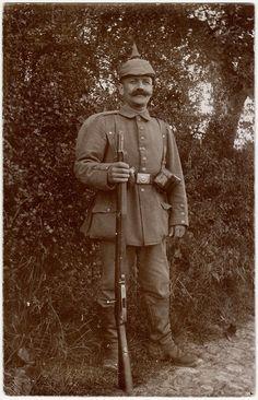 Ansichtskarte Originalfoto 1. Weltkrieg Soldat mit Pickelhaube und Gewehr Ungelaufen, schätzungsweise um 1915